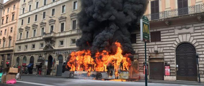 Bus a fuoco: Per Comune sicurezza cittadini è dettaglio burocratico. Raggi fissi subito nuova data referendum